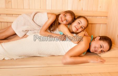 male dziewczynki lezace na matkach z