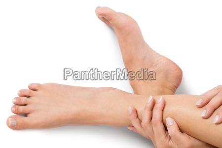 kobieta ze starannie utrzymanymi naturalnymi paznokciami