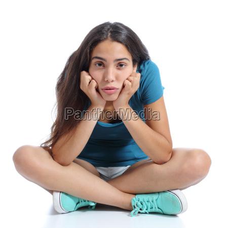 znudzona dziewczyna nastolatek siedzi ze skrzyzowanymi