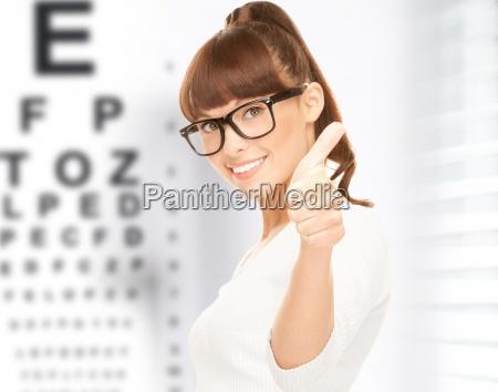 kobieta w okularach z wykresu oka