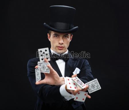 mag pokazujace sztuczki z kartami do