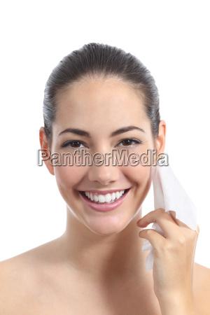 piekna kobieta oczyszczenie twarzy z twarzy