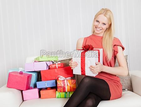 piekna mloda kobieta z prezentami
