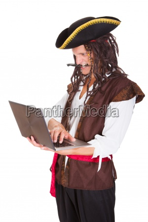 pirate korzystanie z laptopa