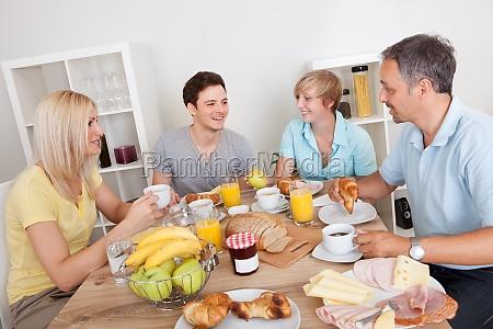 szczesliwa rodzina korzystajacych sniadanie