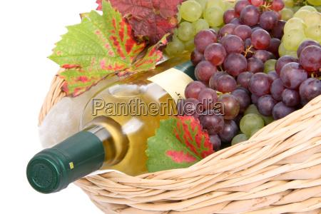 kosz z bialym winem