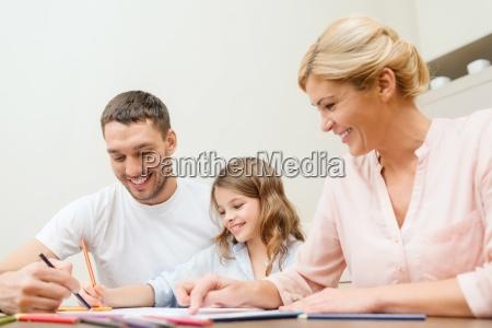 szczesliwa rodzina rysunek w domu