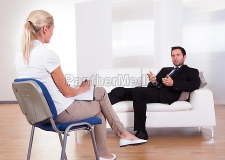 czlowiek rozmawia ze swoim psychiatrista