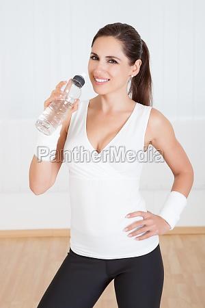 athletic kobieta wody pitnej