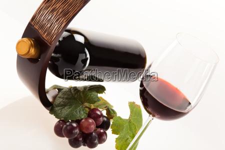 czerwone wino w szkle z owocami