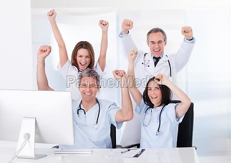 grupa szczesliwych lekarzy