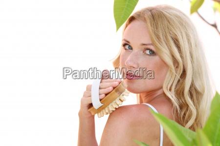 piekne kobiety blond przy uzyciu pedzla