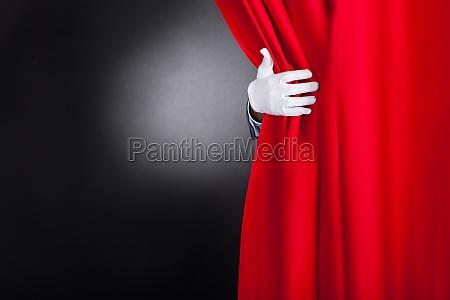 magik otwierajacy kurtyne czerwonej sceny