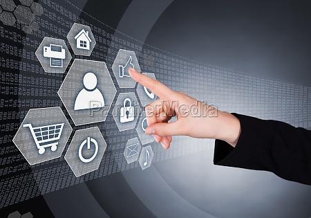 kobieta interesu dotykajac przezroczysty ekran