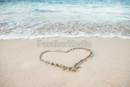 ksztalt serca narysowany w piasku