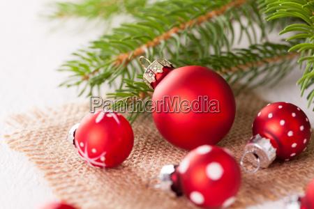 piekne czerwone kule swiateczne z malymi