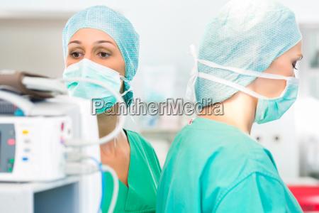 lekarze pracuja w sali operacyjnej na