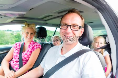 rodzina jedzie samochodem w letnich wakacji
