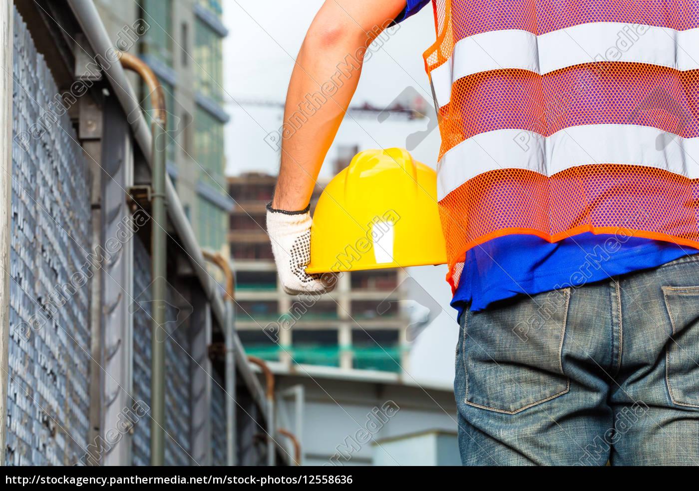 pracownik, na, placu, budowy, z, hełmem - 12558636