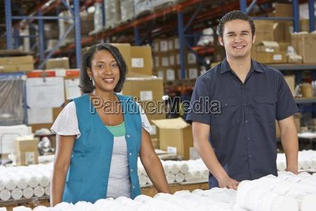 pracownikow fabryki kontrola towarow na linii