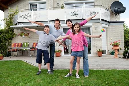 szczesliwa rodzina cieszaca sie soba