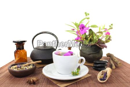 chinski lek ziolowy z filizanka herbaty