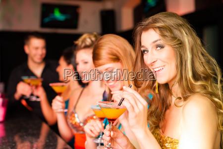 kobiety w klubie lub dyskoteka z