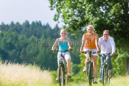 rodzinna przejazdzka razem na weekendowy rower