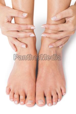 kobieta starannie wypielegnowanych paznokci naturalnych bez