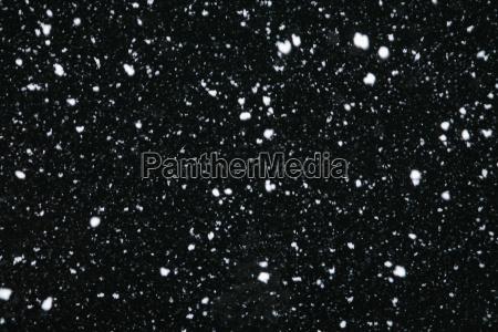 opad sniegu w nocy