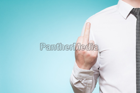 czlowiek z koszuli i krawat pokazuje