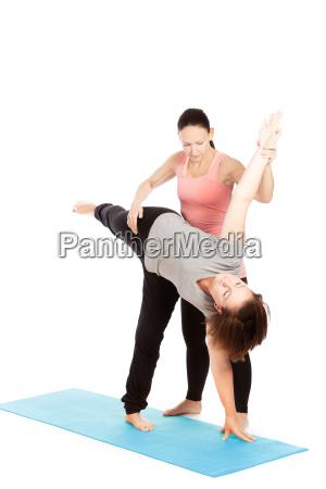 nauczyciel jogi oferuje pomoc w szkoleniu
