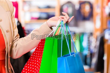kobieta z torby na zakupy w