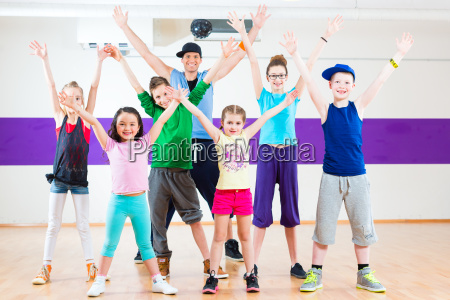nauczyciel tanca daje dzieciom dancezumba fitness
