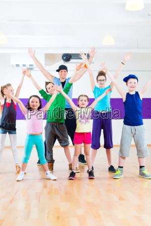 nauczyciel tanca daje taniec dla dziecizumba