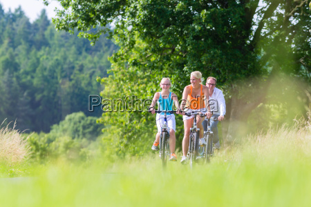 rodzinna przejazdzka rowerem weekendowym razem