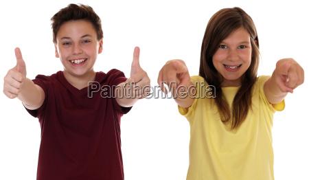 usmiechniete dzieci sa udane i pokazac