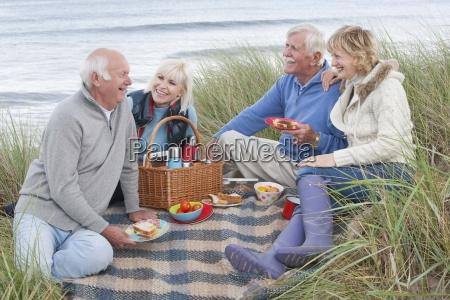 grupa przyjaciol dojrzalym korzystajacych piknik w