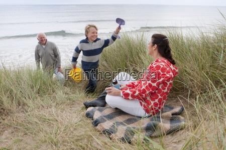 dziadkowie i wnuk piknik w wydmy