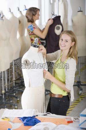 moda studentka projektowania ubioru w pracy