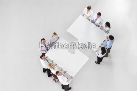 dwie grupy ludzi biznesu laczace duze