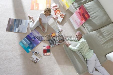 starszy para siedzi na podlodze i