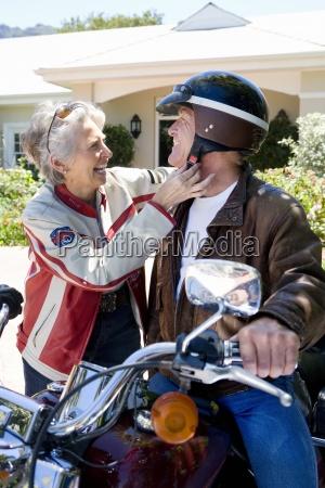 starszy mezczyzna siedzi na motocyklu na