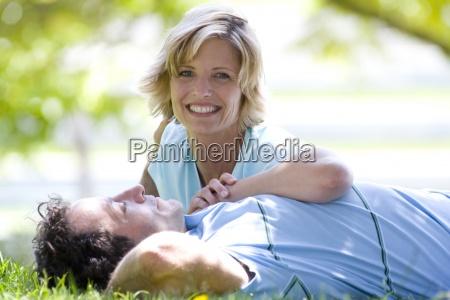 para na trawie usmiechnieta kobieta