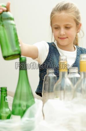 dziewczyna oddzielania zielona butelka plastikowa butelka