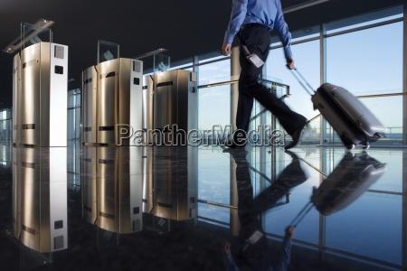 czlowiek z bagazem pieszo w kierunku