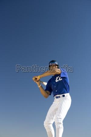 baseball palkarz stoi przed jasnego nieba