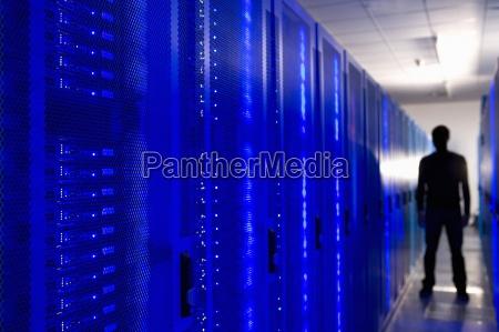 sylwetka czlowieka w sieci serwera pokoju