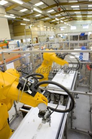 brazos roboticos que trabajan en la