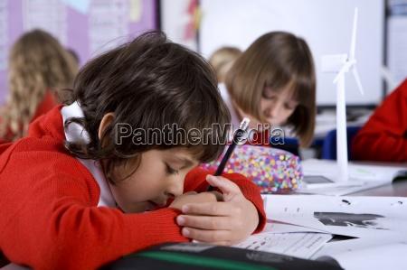 koncentrujac chlopca w szkole obejmujace prace